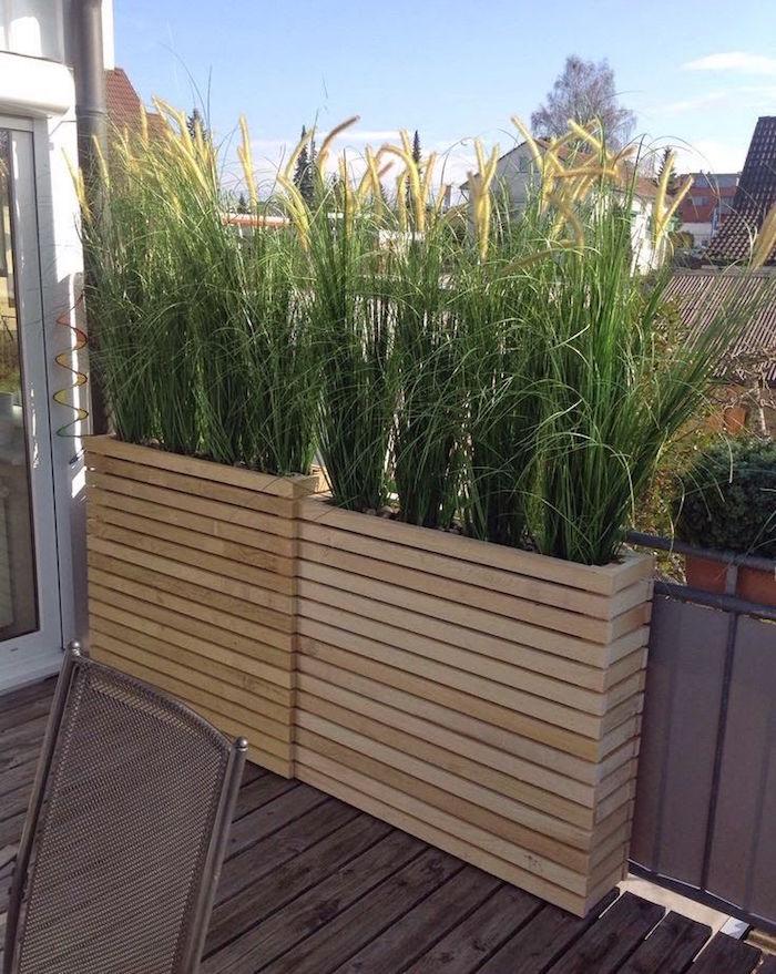 haie végétale brise vue dans jardinière en bois étroit pour cacher balcon