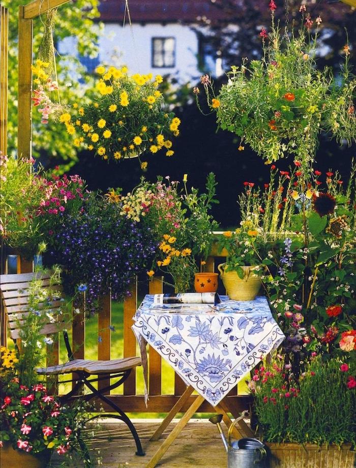 photo de brise-vue végétal fait de jardinières et pot de fleurs comme comme terrasse