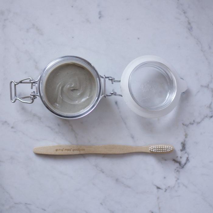 un dentifrice bio zéro déchet, sans huile de coco, à base d'argile, bicarbonate de soude et d'aloe vera