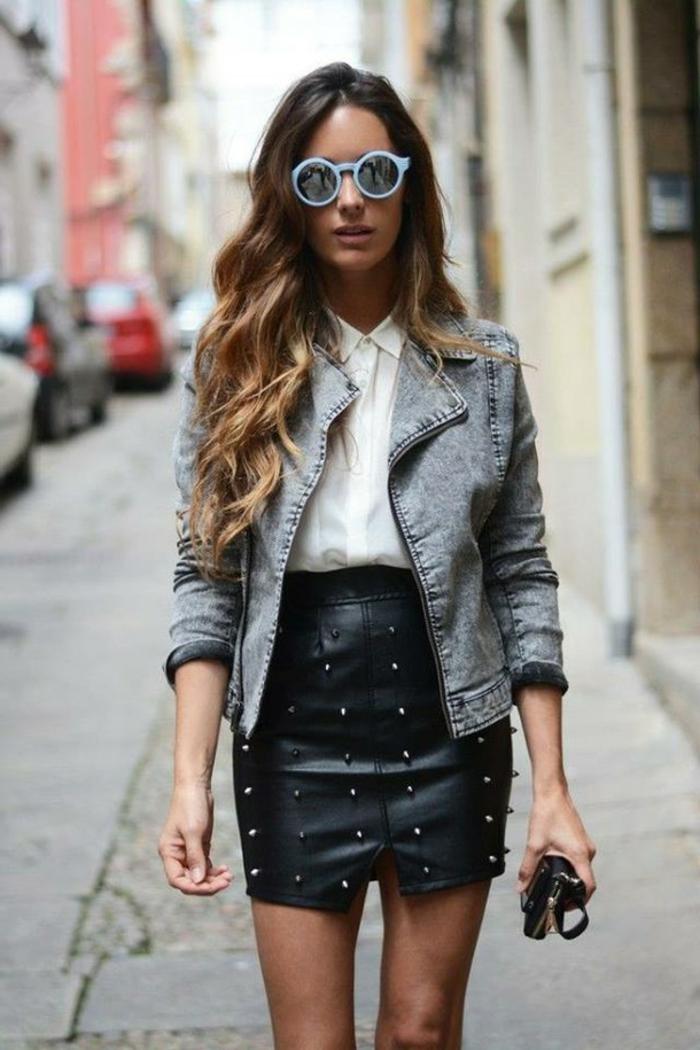 ombrage cheveux chatain, brune meche blonde, jupe noire, veste denim, lunettes de soleil bleues