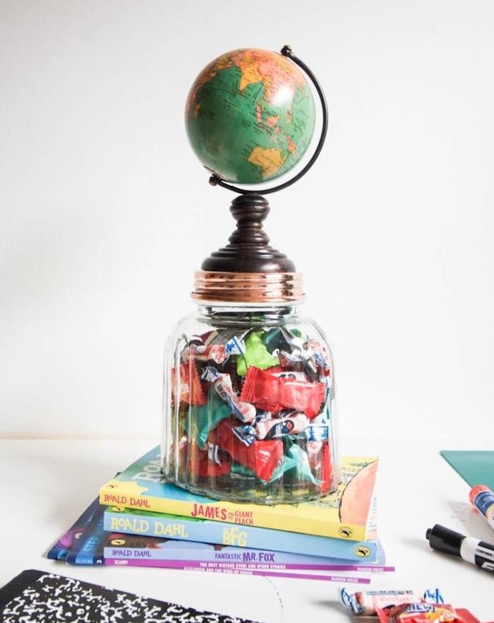 bcloche boite a bonbons rempli de bonbons avec une globe terrestre en dessus, cadeau maitresse et atsems