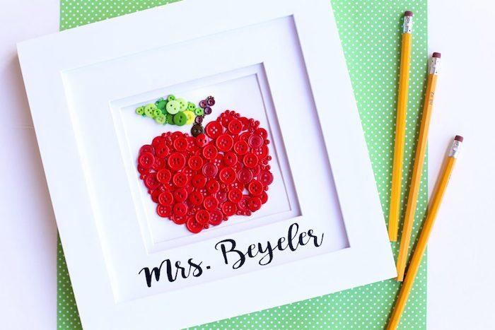 idee cadeau maitresse fait main, pomme en boutons rouges dans un cadre blanc sur fond blanc, bricolage simple