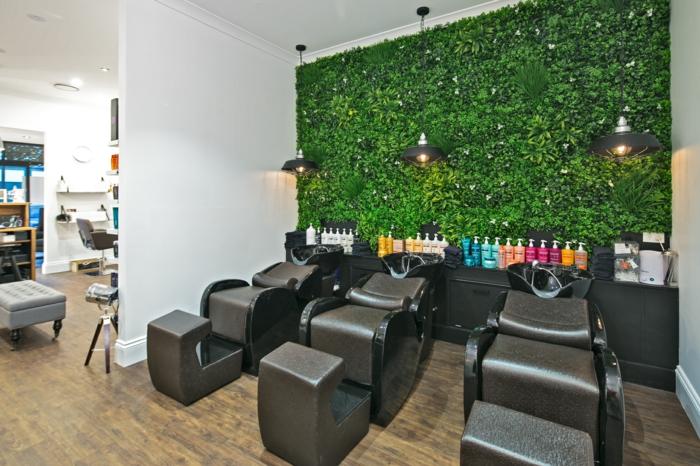 jardin vertical, mur végétalisé, local spacieux, cafétéria, tables et fauteuils design futuriste en marron, mur végétal derrière le bar