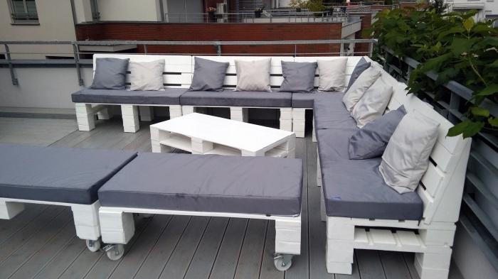 modèle de mobilier diy en palettes pour la déco du jardin ou du balcon, idée meubles de jardin en palettes peints en blanc