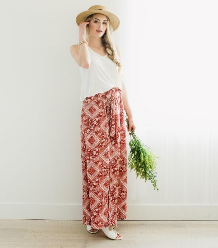 mode boho chic en jupe longue rouge et blanc avec top blanc, idée accessoires boho avec capeline beige et sandales plates
