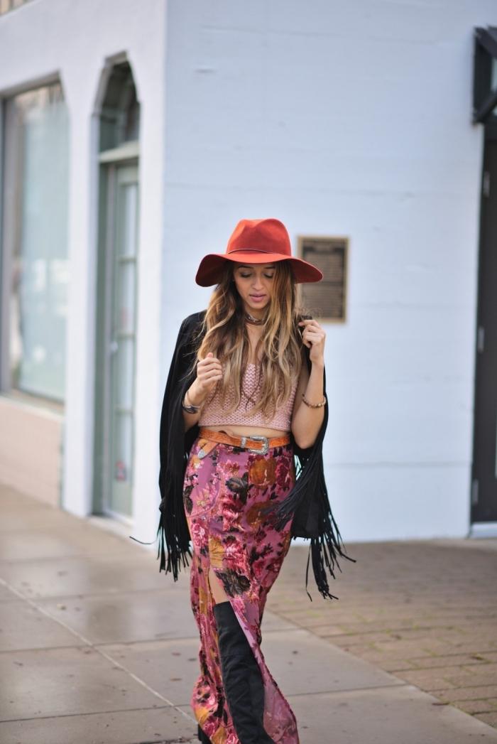 idée comment s'habiller en look boho chic avec jupe longue fendue de couleur rose aux motifs floraux combinée avec manteau mi long noir avec franges