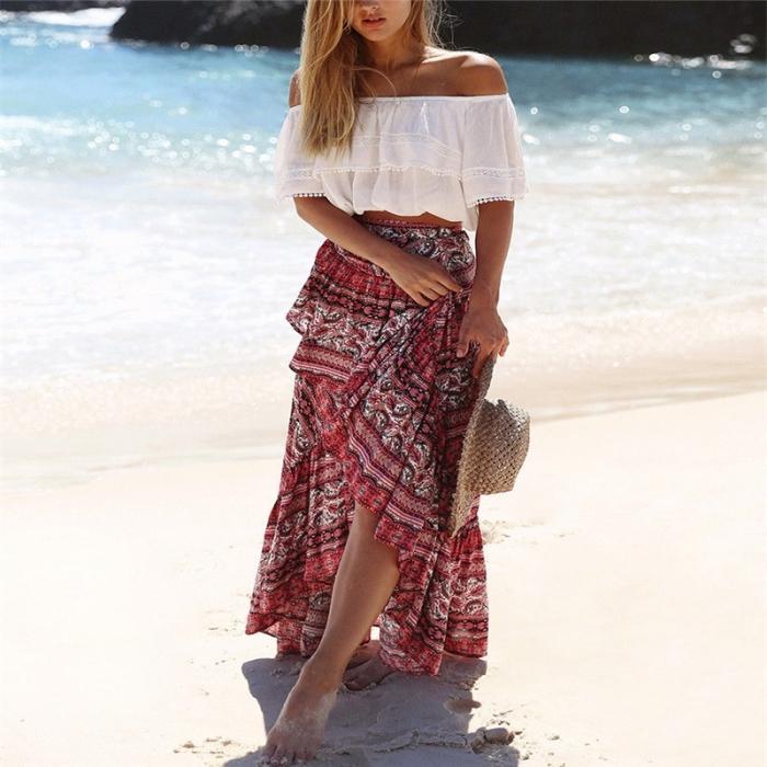 modèle de jupe longue de couleur rouge aux motifs floraux en blanc et noir, capeline en paille comme accessoire boho chic