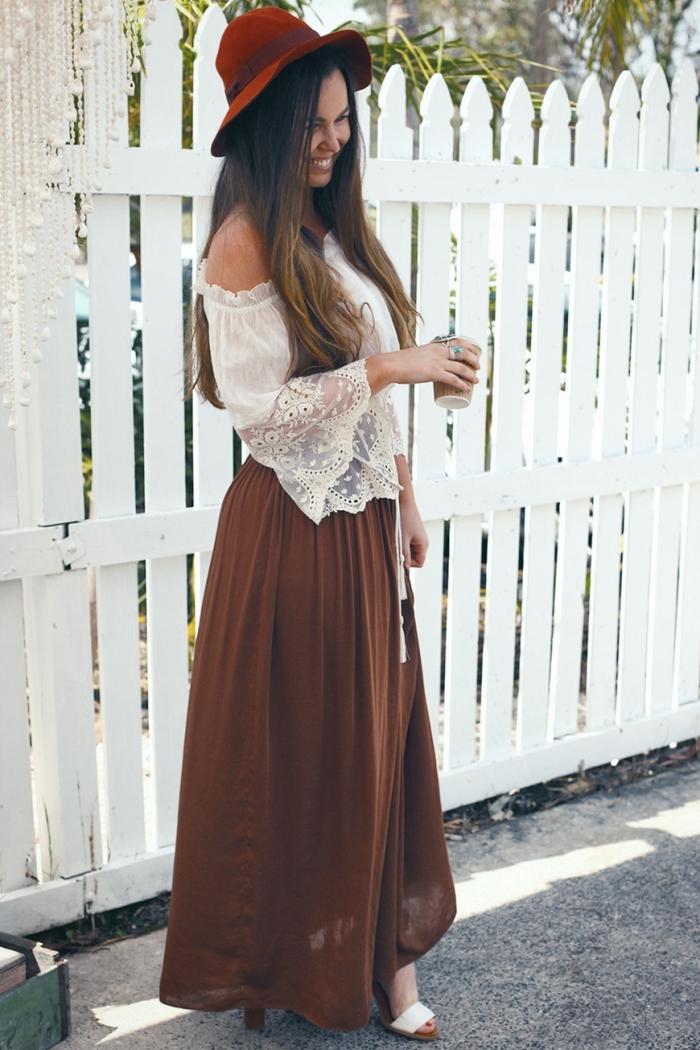 comment bien s'habiller en style boho chic avec jupe fluide marron et chemise blanche aux manches tombantes