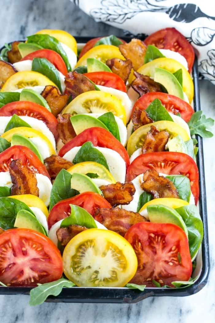 salade fraicheur caprese de tomates, mozzarella, basilic et tranches de lard, idéale pour accompagner une grillade
