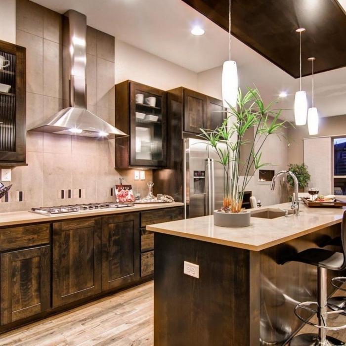 exemple de cuisine bois brut aux murs blancs avec crédence au carrelage gris clair et meubles bas en bois massif foncé