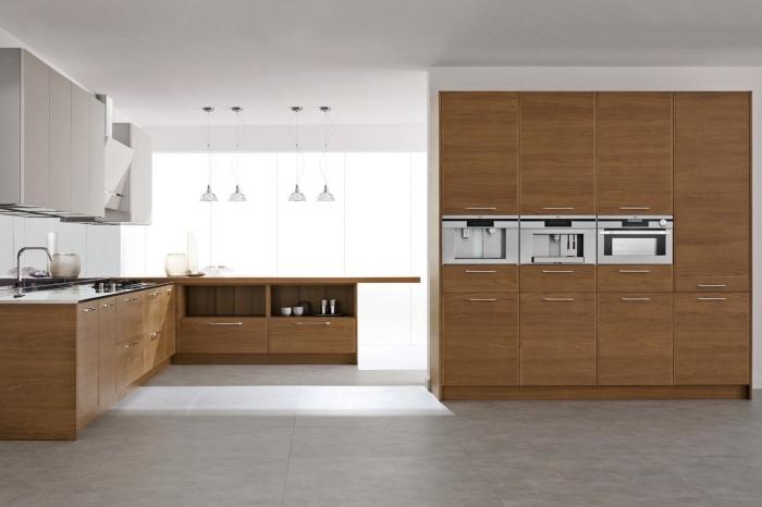 modèle de cuisine blanche et bois aménagée en L avec lampes suspendues blanches et meubles sans poignées
