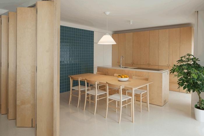 modèle de paroi séparation pièce en bois clair, aménagement cuisine avec meubles de bois clair et comptoir blanc