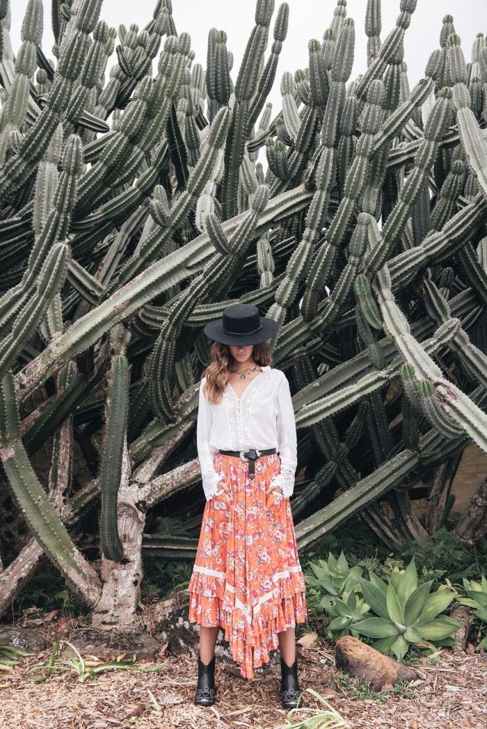 vetement hippie chic avec jupe longue à design asymétriques de couleur orange aux motifs fleuris en blanc et bleu