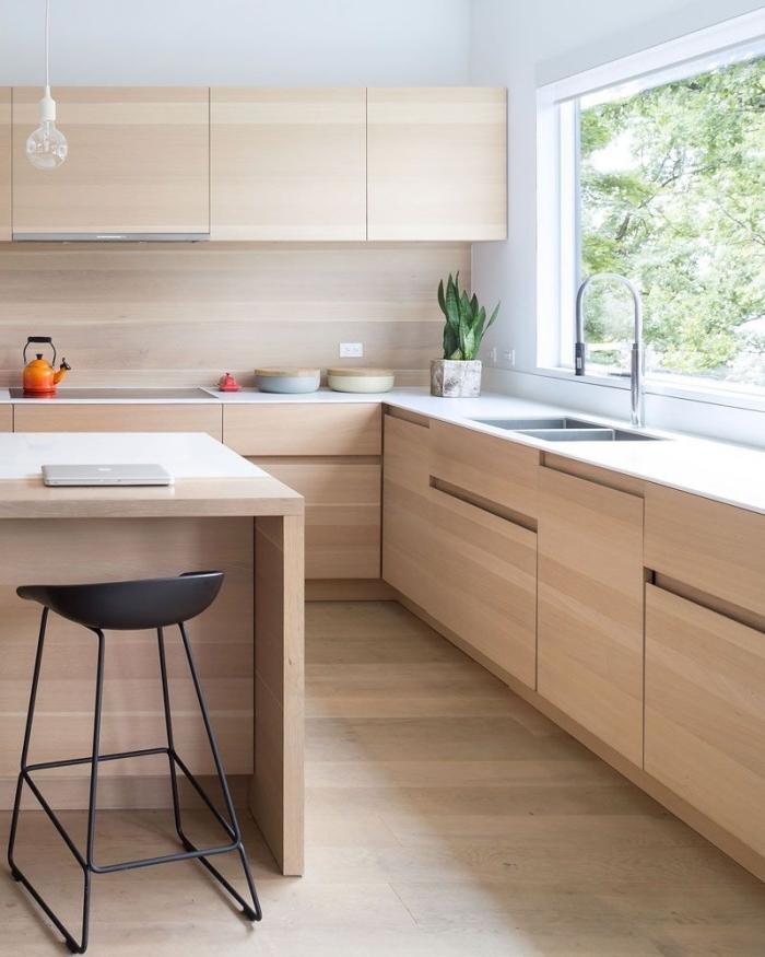 idée design intérieur dans une cuisine blanche avec parquet et meubles en bois clair, modèle de cuisine en bois clair