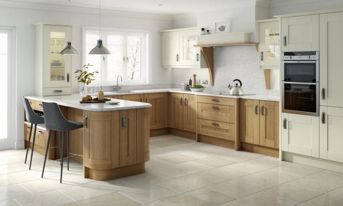 déco de cuisine blanc et bois avec plancher au carrelage beige et ilot central en blanc avec chaises grises