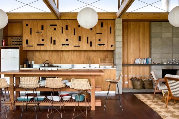 rangement cuisine au parquet de bois foncé, modèle de cuisine avec armoires en bois et plafond avec fenêtres