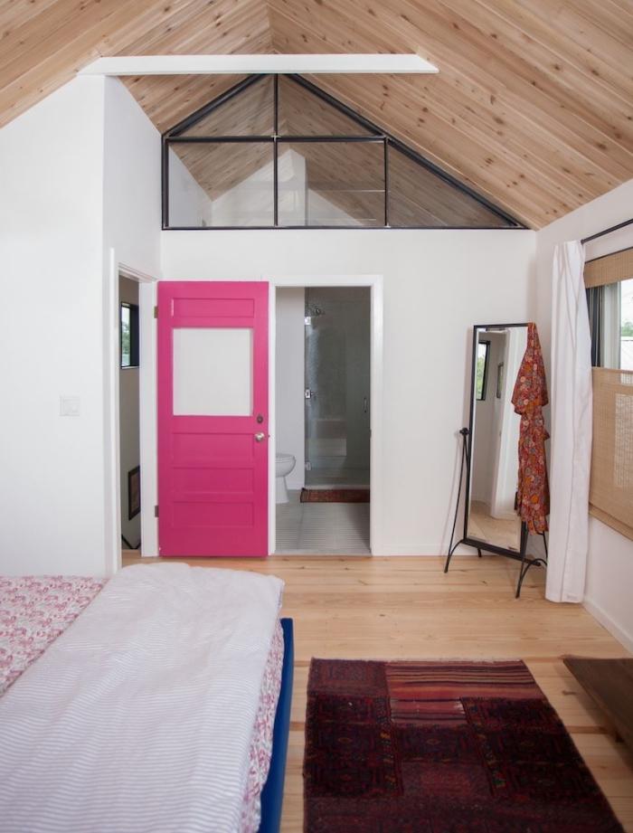 porte chambre à coucher couleur rose saturé pour apporter une touche de couleur dans l'ambiance naturelle et épurée