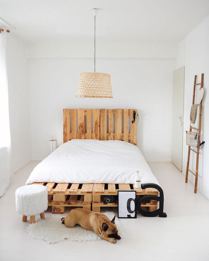 sommier en palette europe avec tete de lit dans chambre toute blanche minimaliste