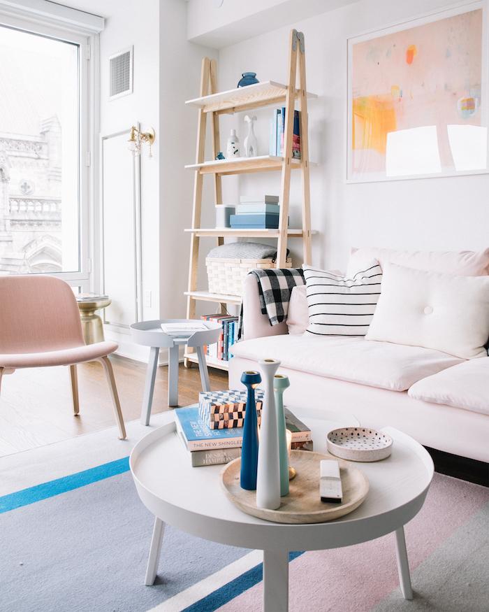 Echelle rangement canapé blanche tapis rose et gris intérieur déco chambre gris et rose peinture rose poudré quelle décoration chambre moderne