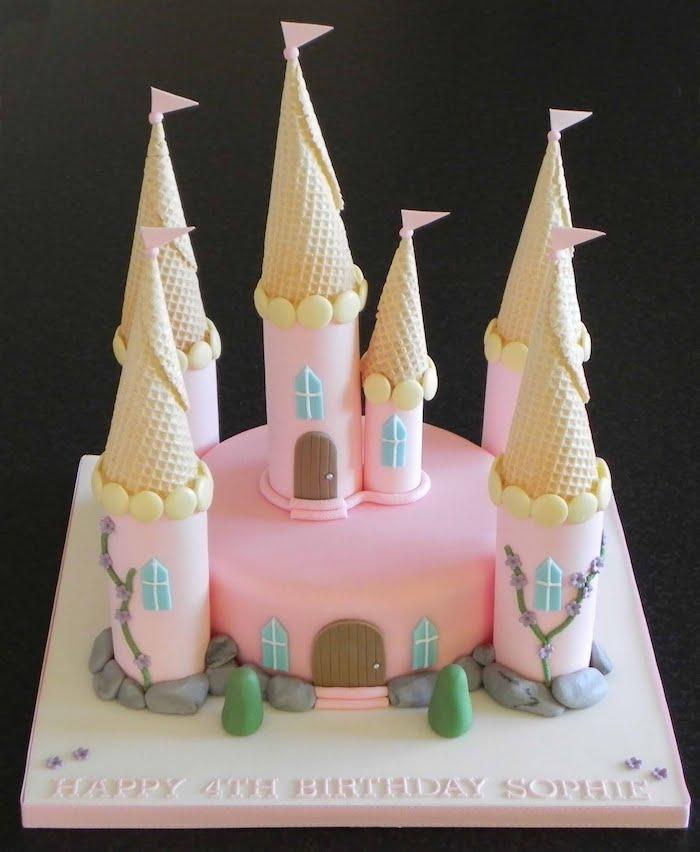 Comment décorer le gateau anniversaire 3 ans gateau rapide cool idée pâtisserie amoureux fondant sucre cornets chateau