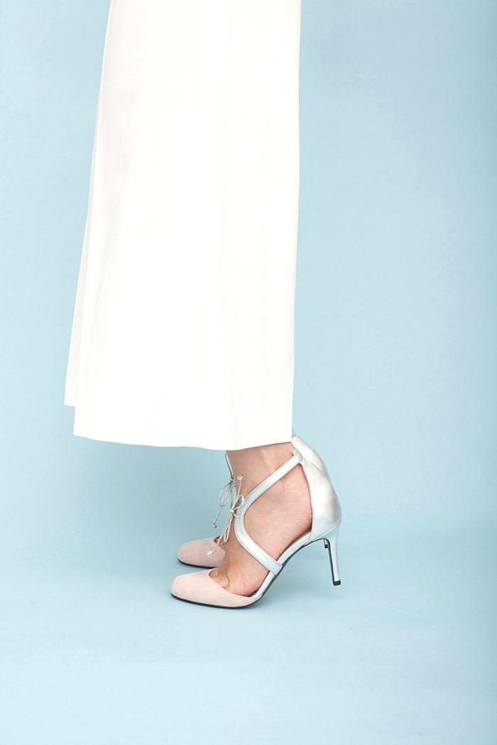 chaussure ceremonie femme, talons aiguilles en rose saumon, blanc et argent, bouts légèrement arrondis, lacets dorés fins devant