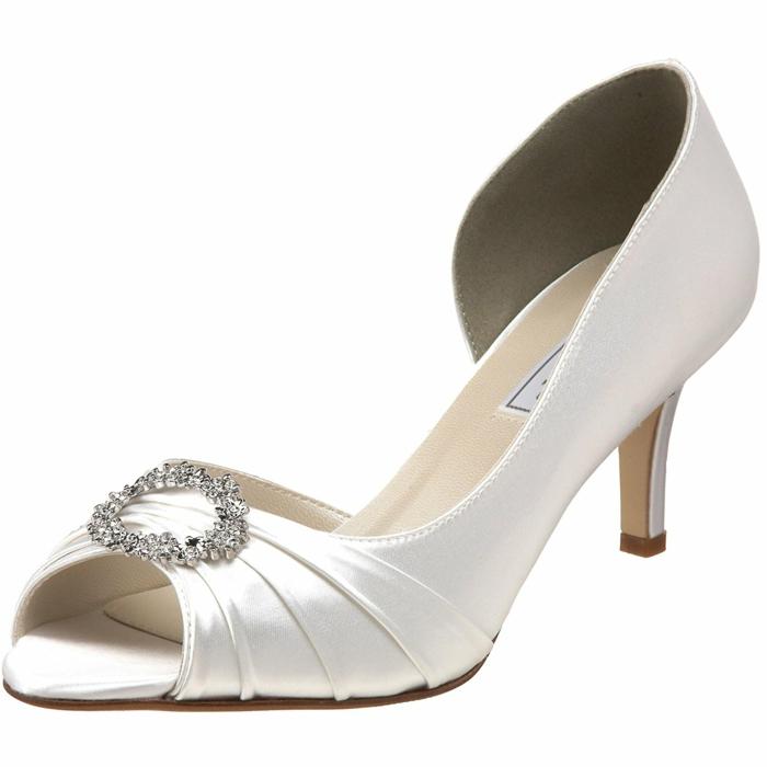 chaussure mariage femme, satin blanc, broche ronde devant avec des petites pierres brillantes-ouverture sur les doigts, talons moyens