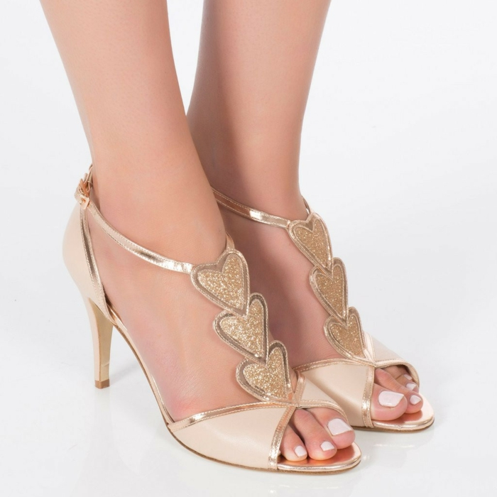 chaussures ivoire, chaussure ceremonie femme, escarpin ivoire, trois cœurs devant, avec strass doré, talons aiguilles, bandes brillantes couleur dorée, une bande brillante autour de la cheville