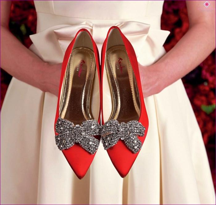 chaussure mariage femme en satin rouge, nœuds en strass blancs, bouts pointus, talons aiguilles, intérieur couleur or, escarpin mariage