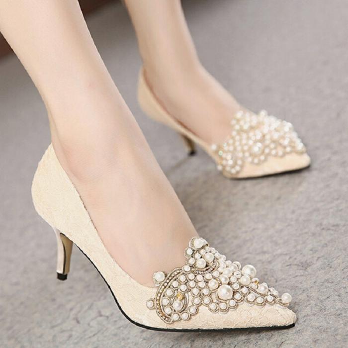 escarpin ivoire pointu, avec des ornements perles en ivoire petites et grandes, petit talon bas et pointu, dentelle ivoire, chaussures ivoire
