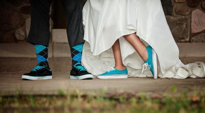 chaussure de mariée confortable, chaussure mariée, robe blanche asymétrique, chaussure femme mariage, chaussure plate mariage