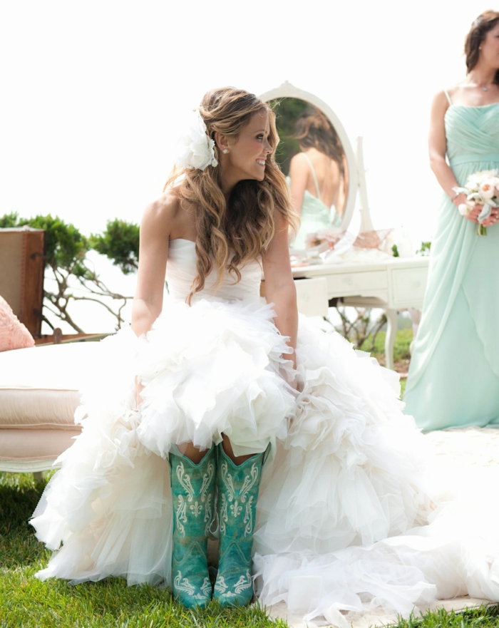 chaussure mariee, chaussure femme mariage, bottes vertes avec des motifs cow-boy blancs, robe a gros volants blancs