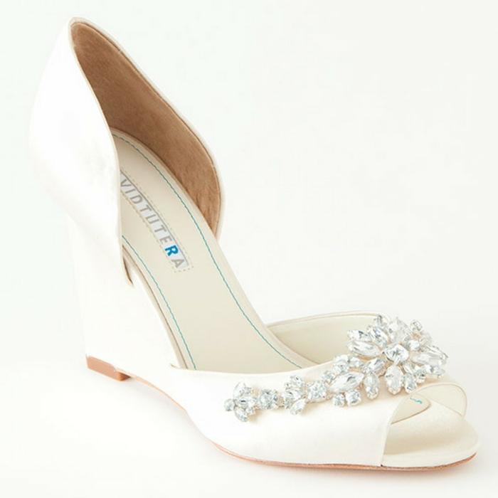 chaussure de mariée confortable, chaussure mariage ivoire, chaussure femme mariage avec des pierres blanches devant, motifs fleurs et gouttelettes, modèle ouvert devant
