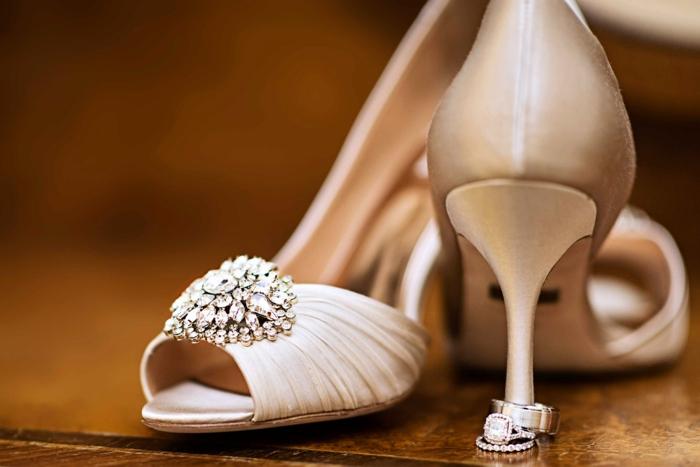 chaussure dorée mariage, nuances de bronze, talons aiguilles, ouvertures devant, chaussure ceremonie femme, grande broche brillante devant