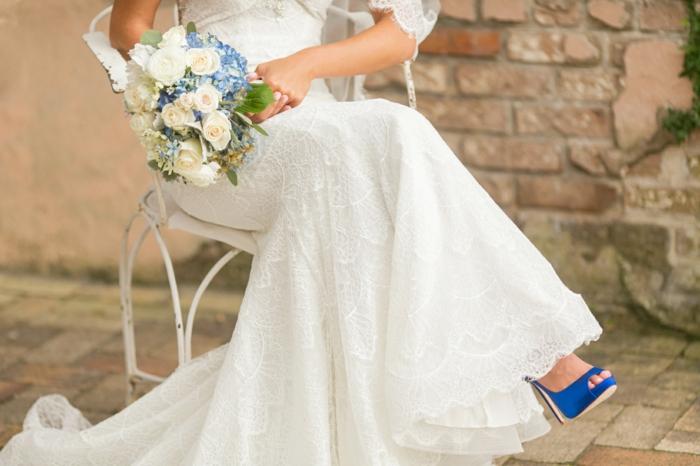 chaussure mariee, chaussure mariage femme, bleu roi, talon aiguille et satin bleu roi, petite ouverture devant sur les pieds, robe en dentelle blanche