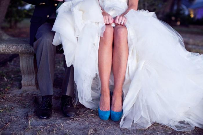 chaussure femme mariage, chaussure mariee, velours en bleu roi, talon haut grande-plate-forme devant, robe blanche riche en tulle