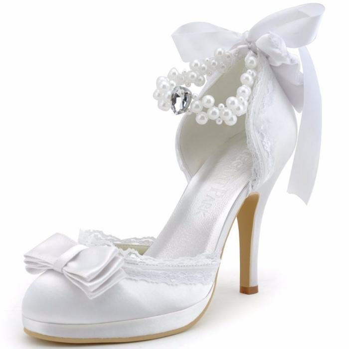 chaussure mariee, satin blanc avec dentelle blanche sur les bordures, perles blanches et cœur brillant devant, ruban satin blanc derrière