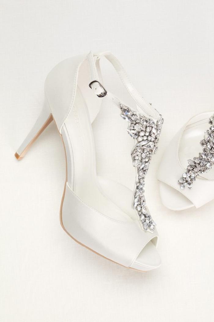 chaussure mariee, talons aiguilles, décoration en pierres synthétiques blanches devant, doigts ouverts, fermoir couleur argent de cote sur la bande fine autour de la cheville