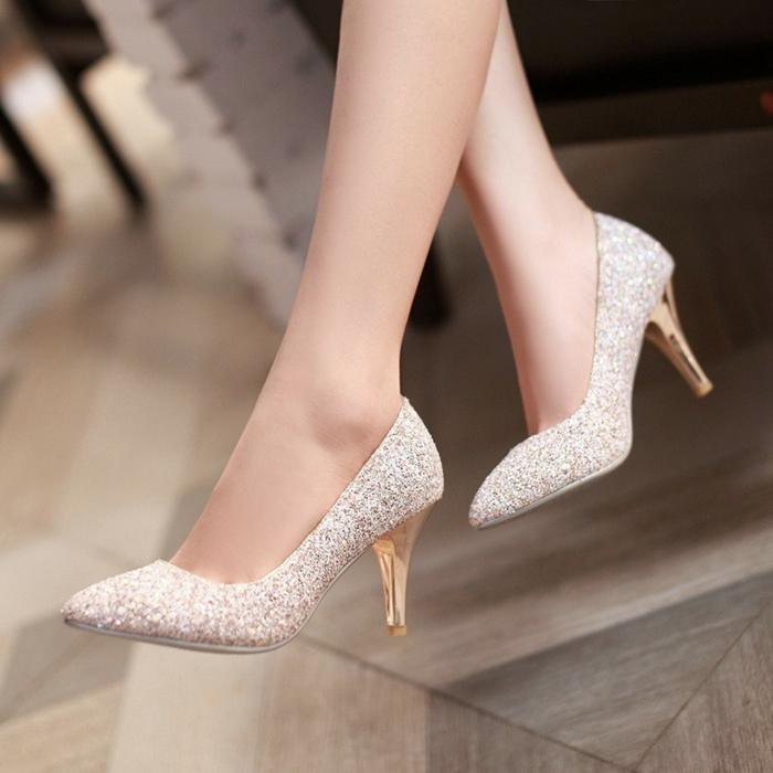 bouts pointus et talons aiguilles en couleur dorée, surface recouverte de paillettes en rose poudré, chaussure de mariée confortable, chaussure femme mariage