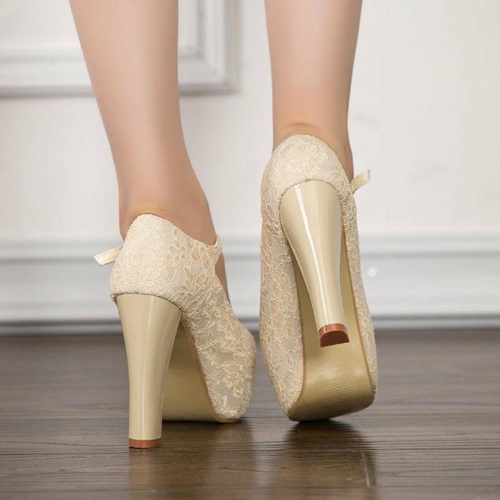 chaussure mariee, chaussure mariage ivoire, dentelle sur toute la surface, talons très hauts et très épais en plastique ivoire, style de chaussures rétro