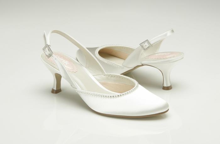 chaussure de mariée confortable, escarpin blanc mariage pointu, chaussure plate mariage, fermoir rectangulaire avec des petits zirconiums blancs, des sequins brillants sur les bordures de la chaussure