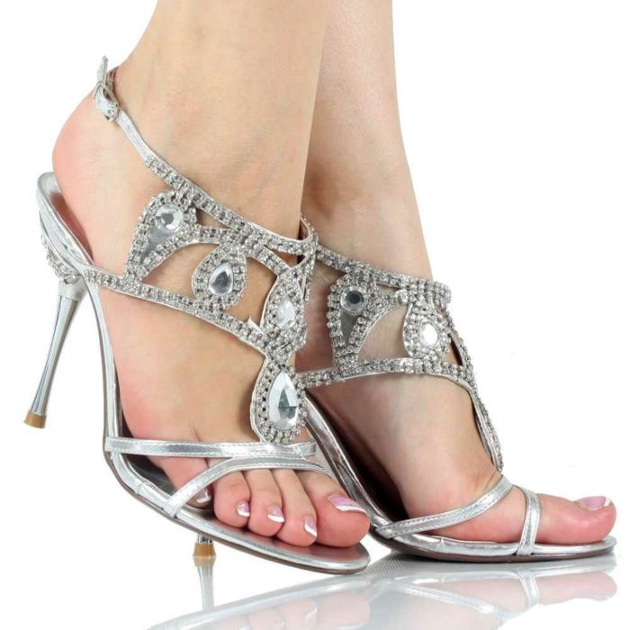 chaussure mariee, talons aiguilles couleur argent, chaussure argenté mariage, décorations avec des pierres blanches brillantes en forme de grandes gouttes, strass sur les bandes fines autour de la cheville