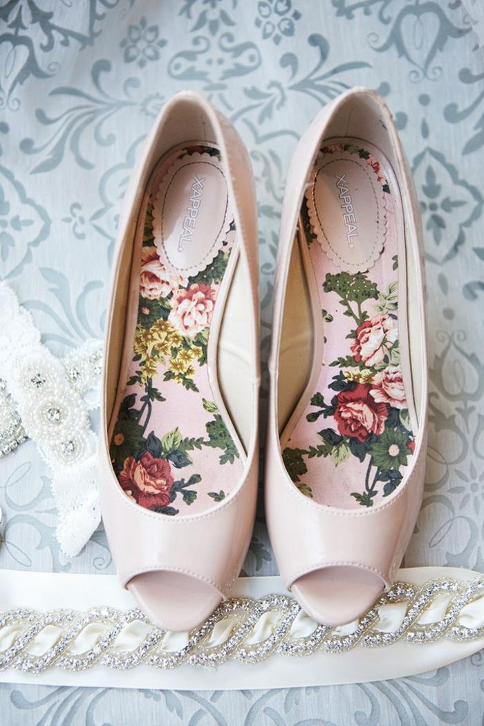 chaussure de mariée confortable, rose pastel, chaussures rose poudré mariage, escarpins mariée, intérieur chaussure en rose pastel et motifs roses rouges et jaunes