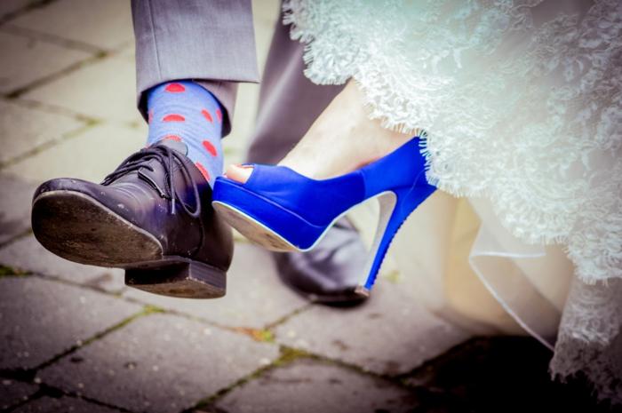 chaussure ceremonie femme, chaussure mariage femme en bleu roi, chaussure mariee legerement ouverte devant, robe blanche riche en dentelle, style rétro