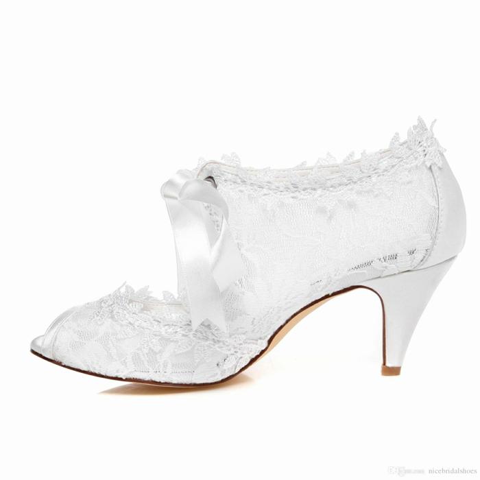 chaussure mariage femme, escarpin blanc mariage, modèle rétro en dentelle blanche, lacet en soie blanche, escarpin mariage