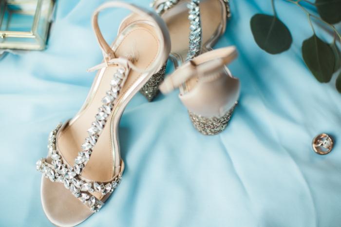 chaussure mariage femme, chaussure mariee, chaussure mariage ivoire, ornements de pierres blanches brillantes, talons hauts décorés de pierres blanches