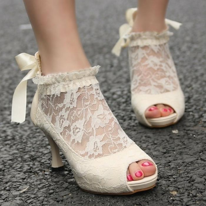 chaussure de mariée confortable, dentelle en ivoire, lacet en satin couleur ivoire, petite ouverture devant, effets plissés autour de la cheville, modèle rétro talon bas et large au bout