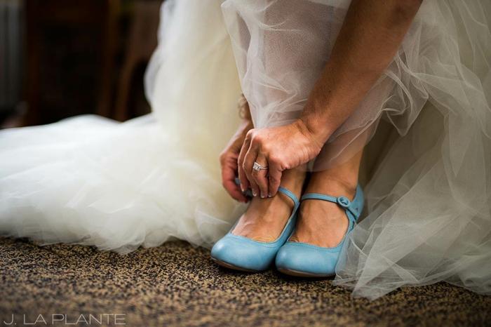 chaussure ceremonie femme en bleu pastel, fermoir en cuir bleu pastel latéral, robe blanche riche en tulle, chaussure femme mariage