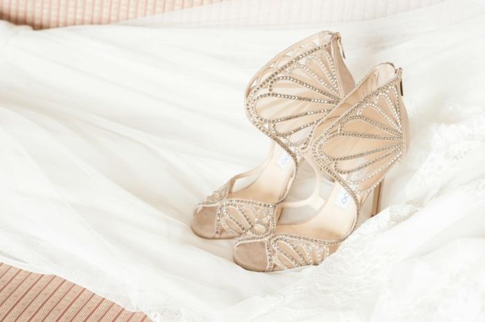 chaussure mariage ivoire, chaussure mariee, chaussure femme mariage, derrière décoré avec des éléments imitant des éventails, ornés de pierres blanches brillantes
