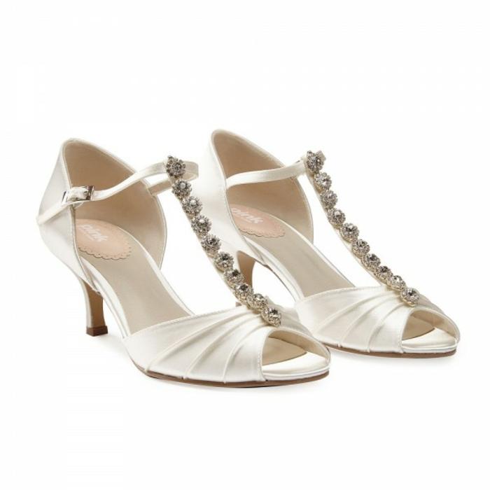 chaussure femme mariage, escarpin ivoire, talon bas pointu et solide, doigts ouverts, décorations avec des pierres blanches brillantes