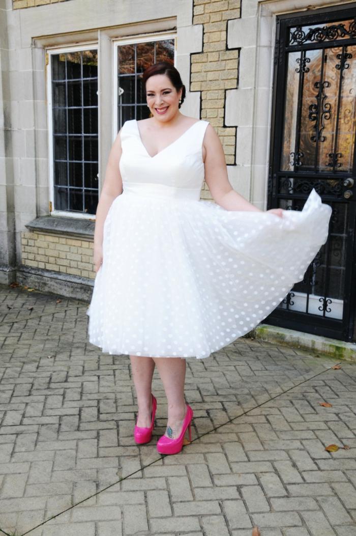 chaussure femme mariage, chaussure ceremonie femme, modèle a talons aiguilles, robe avec décolleté en V profond, robe sans manches, robe femme ronde
